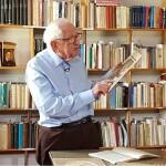 Padre Lourenço na biblioteca polonesa. Fonte da imagem:  ht tps://g1.globo.com/pr/parana/noticia/2018/11/02/a-polonia-em-curitiba-conheca-o-pai-da-imigracao-e-como-ele-deu-inicio-a-maior-colonia-polonesa-do-pais.ghtml